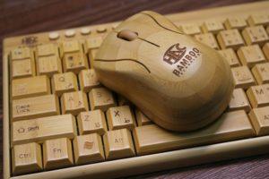 竹で出来た無線のキーボード